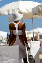 Cooles Outfit beim Mittagessen im Beachrestaurant