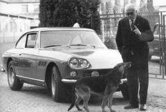 Enzo Ferrari mit Hund und 330 GT Series 1