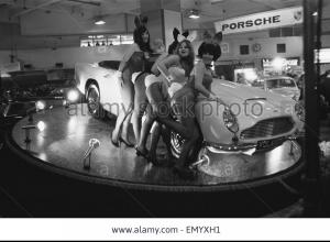 bunny-girls-drapped-over-an-aston-martin-volante-car-at-the-british-EMYXH1 - Kopie.jpg