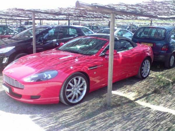 Rot ist nicht unbedingt eine Farbe für den Aston.