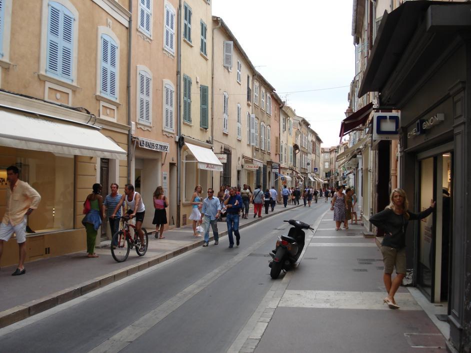 """Shoppingmeile in der Altstadt. Man beachte den """"Seitenständer""""des Scooters."""