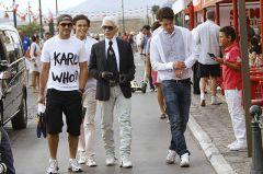 KING KARL  Man sieht in eigentlich immer nur mit mindestens zwei, drei Begleitern (Beschützern) wenn er zu Fuß auf der Straße unterwegs ist.