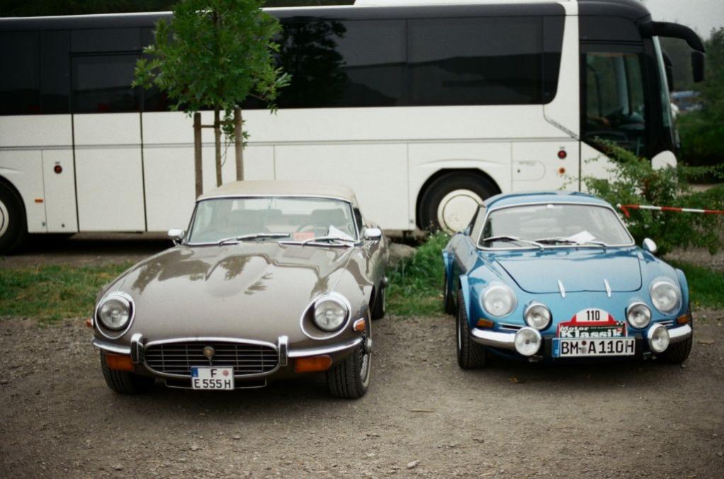 Aber auch an schönen und nicht alltäglichen Einzelfahrzeugen gibt es auf den Besucherparkplätzen in der Regel einiges zu sehen, weshalb sich ein kurzer Rundgang lohnt. Hier ein Jaguar E-Type und eine Renault Alpine.