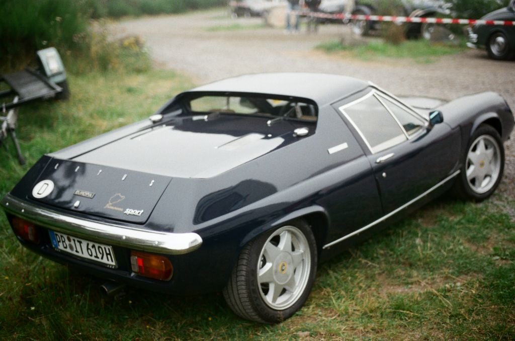 Der damals wie heute recht unkonventionell wirkende (und wirklich sehr flache) Lotus Europa