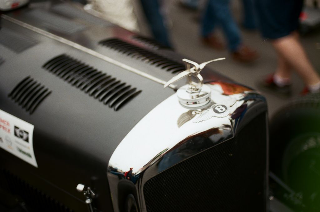 """Das markante """"Flying B"""" auf dem Kühlergrill eines Bentley 4 1/4 litre"""