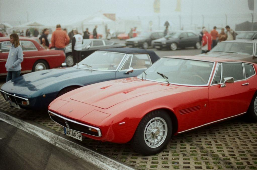 Der Deutsche Maserati-Club hatte wieder eine beeindruckende Menge attraktiver Fahrzeuge aus fünf Jahrzehnten aufgefahren. Hier zwei Ghiblis - nach wie vor ein wunderschönes Auto, auch im Innenraum sehr stilvoll.