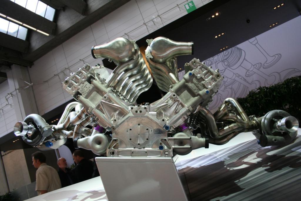 12 Zylinder Rennmaschinchen mit 5,5 l Hubraum, 700 PS - 1200 Nm Drehmoment, 2 Rußpartikelfilter