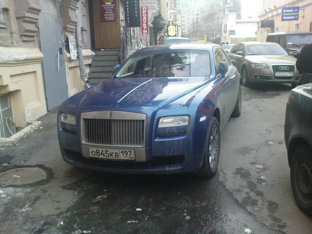 Rolls-Royce Ghost in einer Seitenstraße des Arbat in Moskau, März 2011