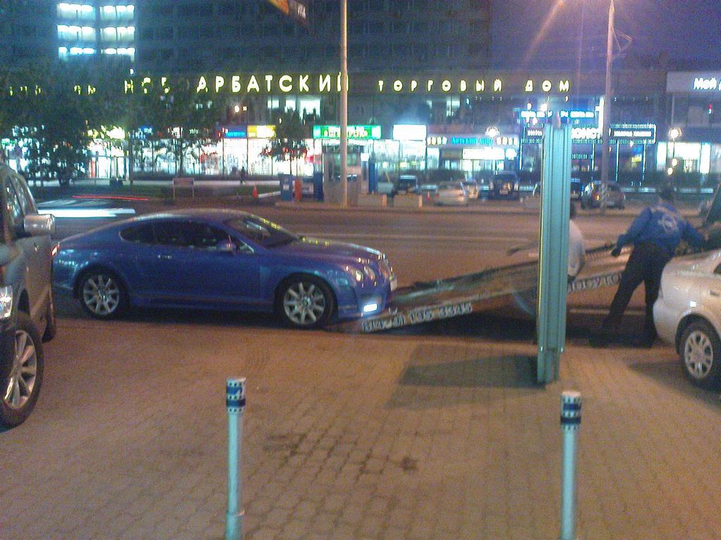 Ein Bentley Continental GT wird in Moskau auf einen Hänger gezogen, Mai 2011