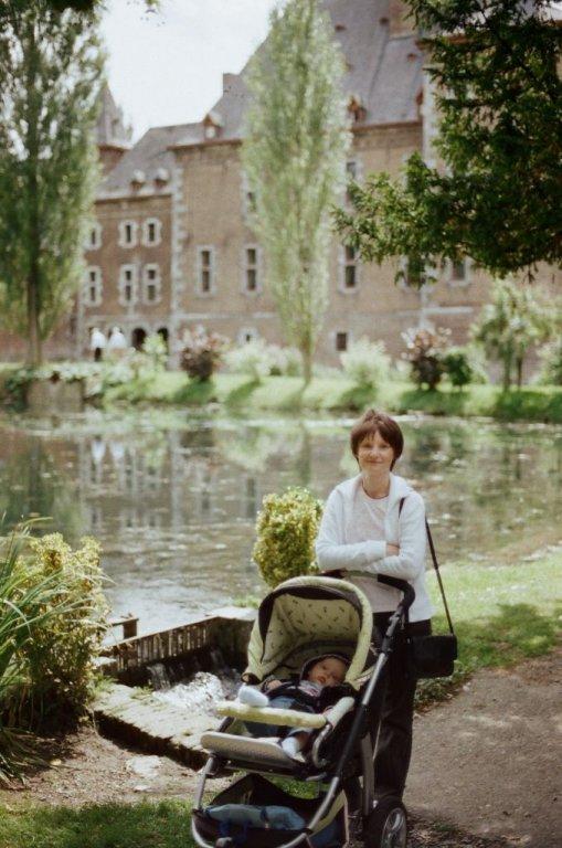 Frau und Kind vor einem der Fischteiche der Commanderie, Sommer 2009