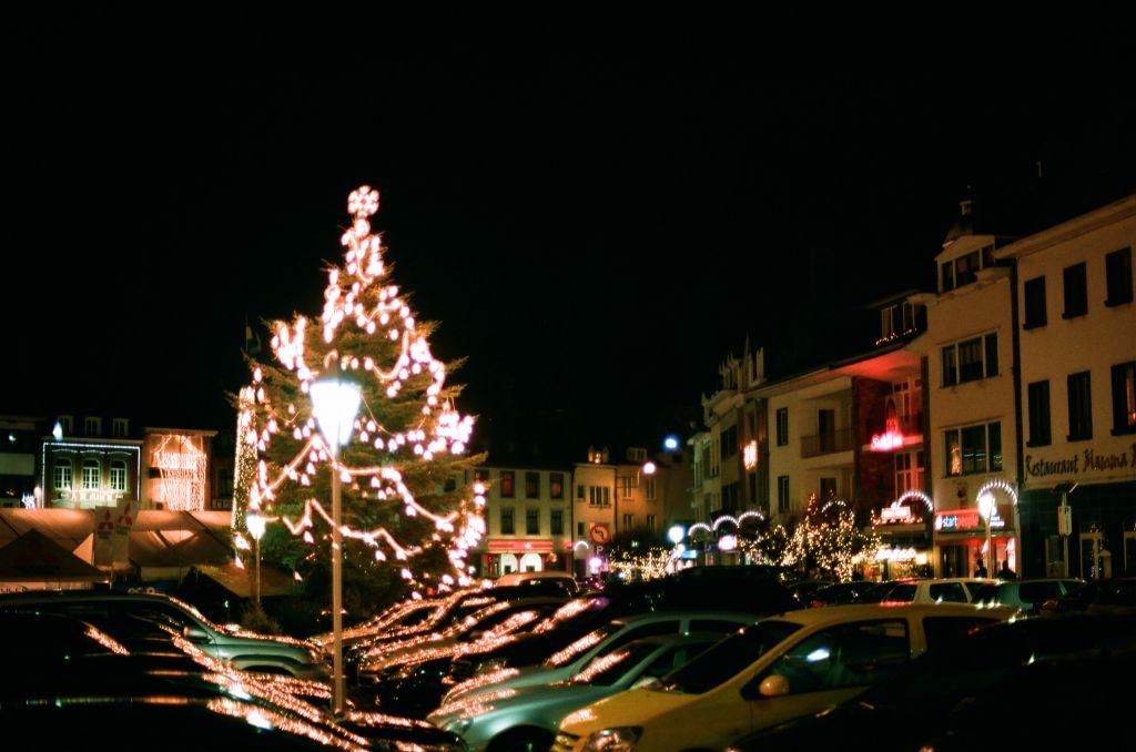 Weihnachtsdekoration an der Place Albert I. in Malmedy