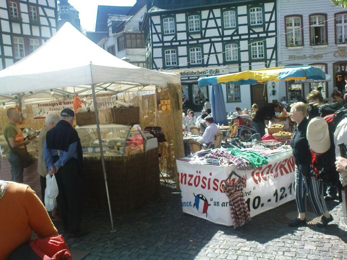 Französischer Gourmetmarkt im Zentrum der Monschauer Altstadt. Findet ein- oder zweimal jährlich statt, hier Anfang Mai 2009.