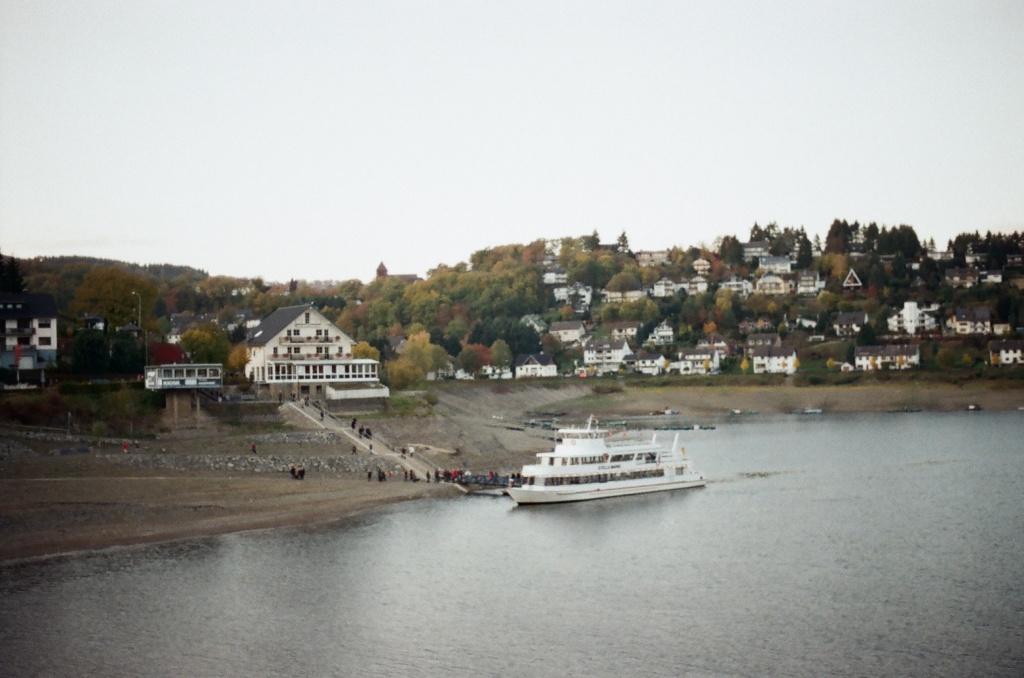Die Stella Maris legt in Rurberg an, Herbst 2009.