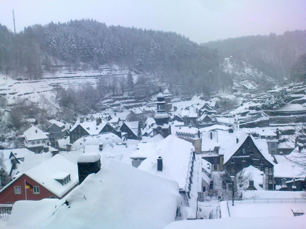 Blick auf Monschau am verschneiten Heiligabend 2010