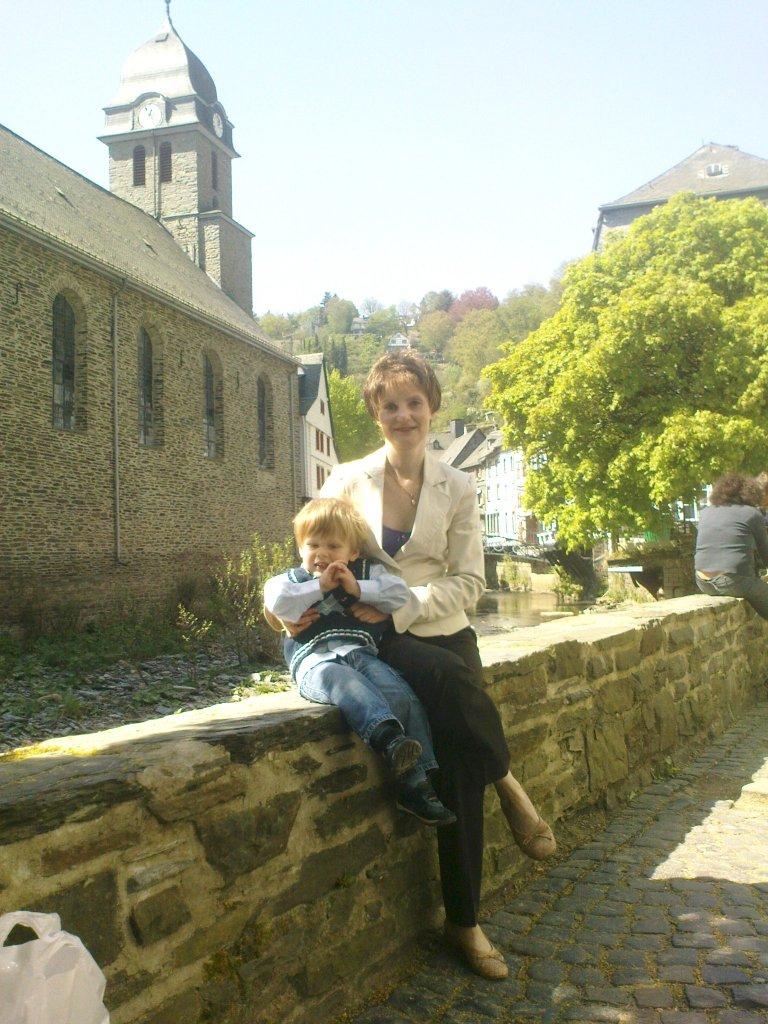 Frau und Kind am Rurufer hinter der Monschauer Aukirche, Ostermontag 2011