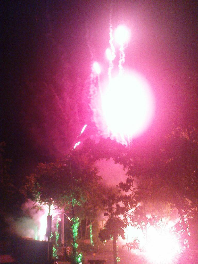 Feuerwerk vor der Imgenbroicher Pfarrkiche anlässlich der 650-Jahr-Feier am 5. Juni 2011