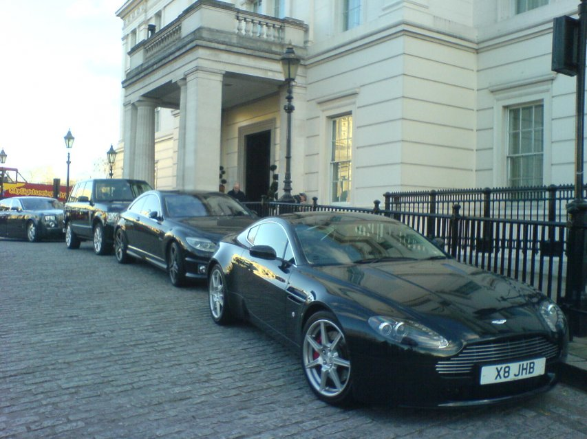 Aston Martin, CL 63, Range Rover + Phantom vor Hotel