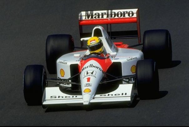 McLaren im Marlboro-Design, gelber Helm und Startnummer 1. Dieses Bild von Senna im Rennwagen hat sich weltweit eingeprägt.