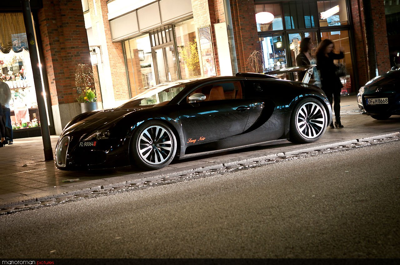 Bugatti Sang Noir vor dem Privileg Memberclub in Hamburg