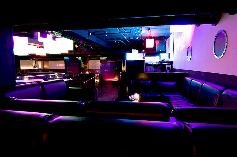 Blick in den Hauptbereich des PRIVILEGs (im Hintergrund der VIP Bereich, im Vordergrund eine unserer Sitzecken für Gruppen und private party, direkt neben dem DJ
