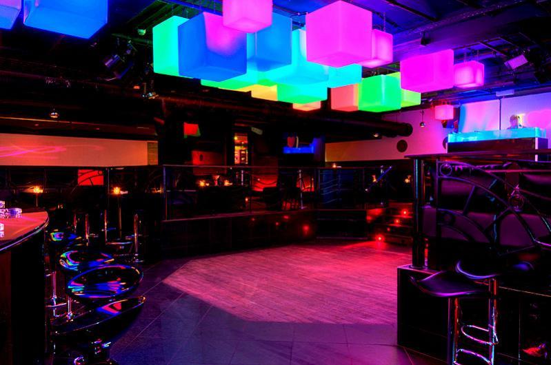 Blick von der 2. Bar aus Richtung Tanzfläche, Loge 400, DJ Pult und reserviertem Bereich